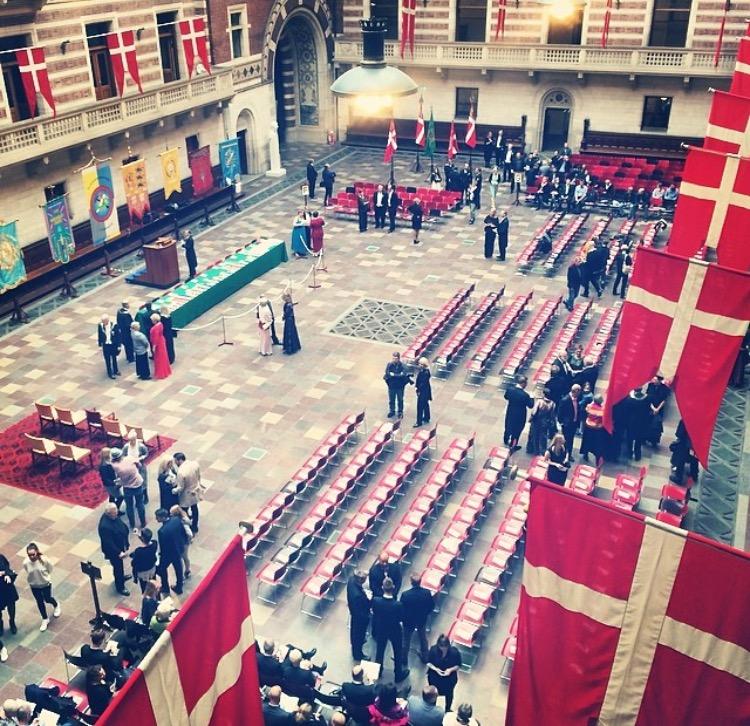 Kathrine holdt tale for nye medaljemodtagende håndværkere på Københavns Rådhus med ministre og dronningens tilstedeværelse.