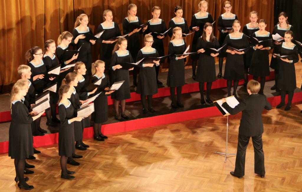 Kathrine designede 100 nye koncertkjoler til Sankt Annæ's pigekor.