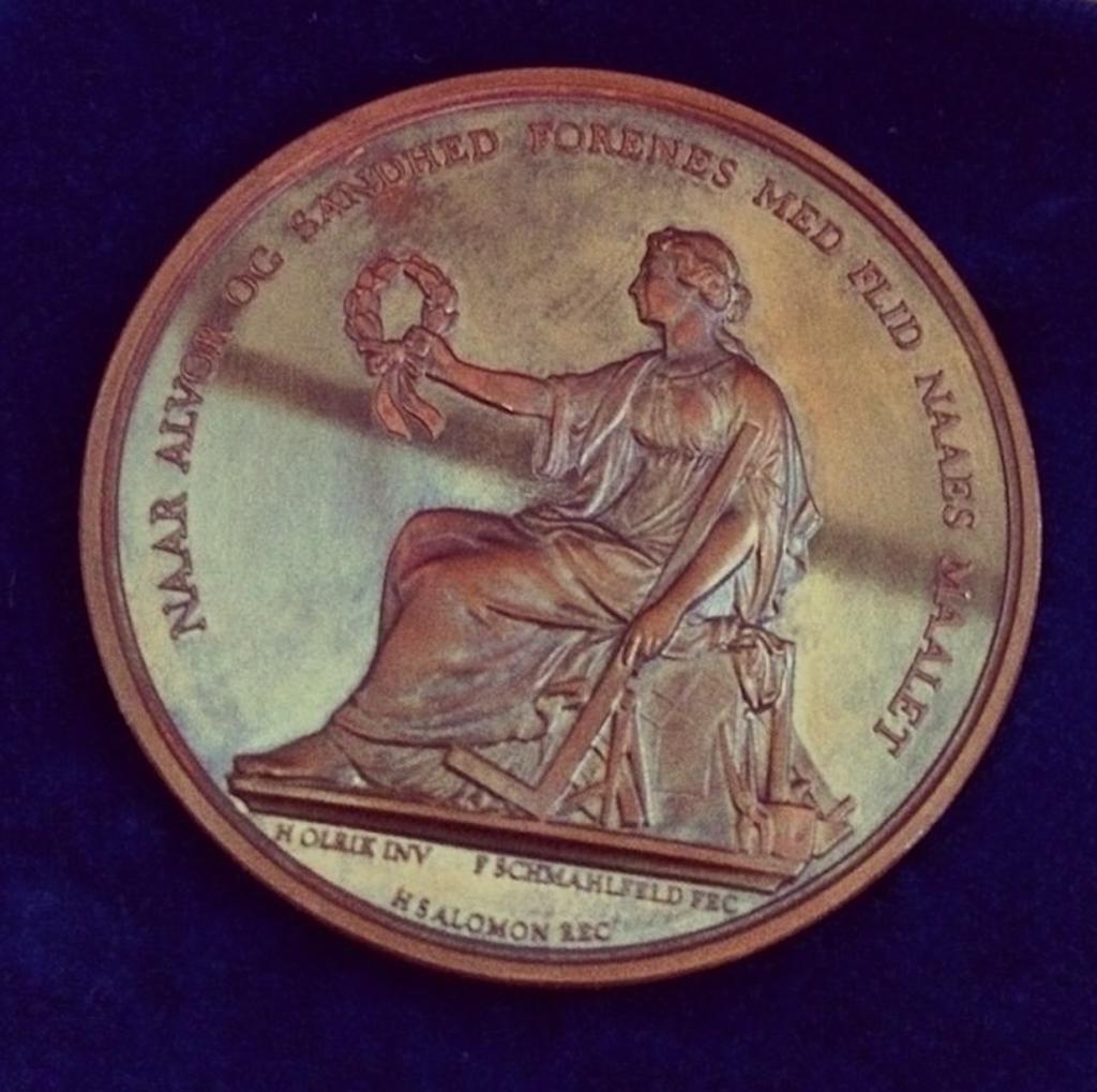 Kathrine modtog Håndværkerforeningens bronzemedalje for særligt fremragende håndværk på Københavns rådhus med dronningens tilstedeværelse.